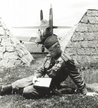 Капитан Клубов у самолета. 1944 г.