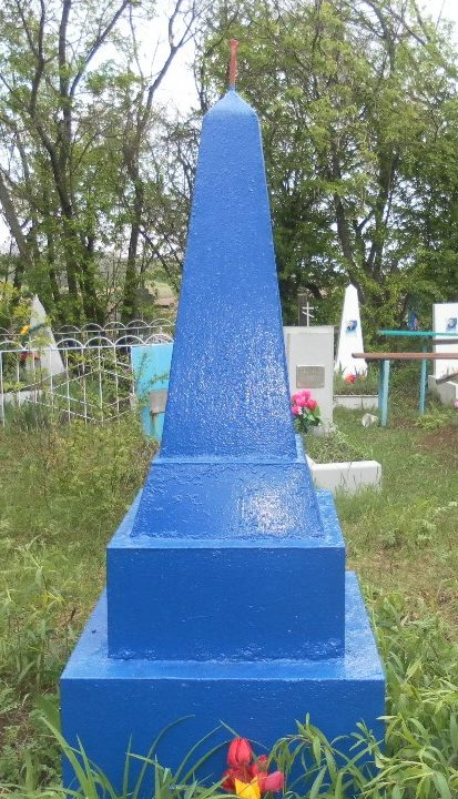 с. Закадычное Матвеево-Курганского р-на. Братская могила, в которой похоронено 10 неизвестных воинов, погибшим в 1943 году при освобождении села.