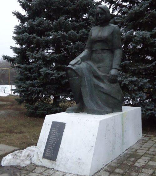 с. Камышевка Матвеево-Курганского р-на. Памятник «Женщине-воину», установленный в 1976 году на братской могиле, в которой похоронено 14 воинов.
