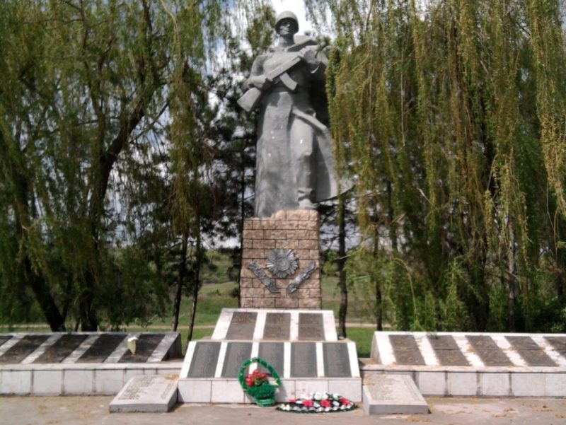 п. Крынка Матвеево-Курганского р-на. Мемориал, установленный в 1985 году на братской могиле, в которой захоронено 878 советских воинов.