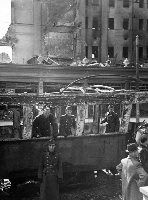 Немцы в разрушенном Белграде. Апрель 1941 г.