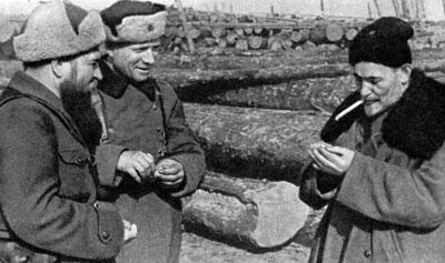 Сидор Ковпак у землянки. 1942 г.