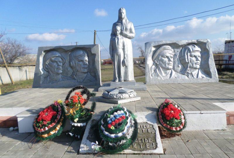 с. Латоново Матвеево-Курганского р-на. Мемориал, установленный в 1975 году на братской могиле, в которой похоронено 518 советских воинов.
