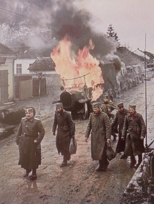 Югославские военнопленные на улице города Ниш. Апрель 1941 г.