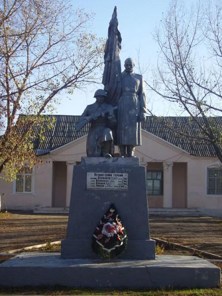 х. Керчик Савров Октябрьского р-на. Монумент погибшим воинам.