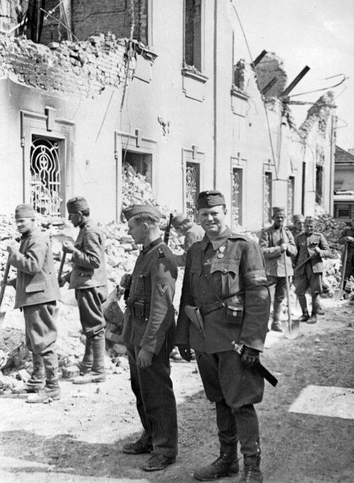 Югославские военнопленные на расчистке города. Апрель 1941 г.