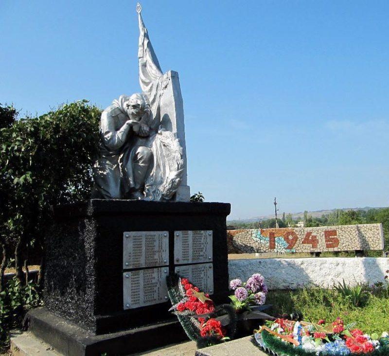 х. Пухляковский Усть-Донецкого р-на. Памятник, установленный в 1952 году на братской могиле советских воинов.