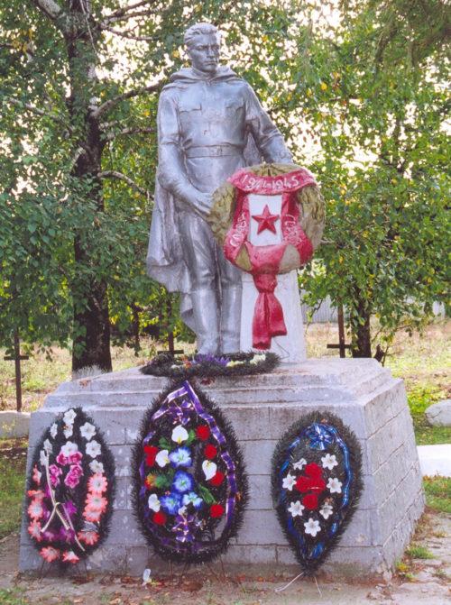 х. Малоекатериновка Матвеево-Курганского р-на. Памятник советским воинам, установленный в 1957 году.