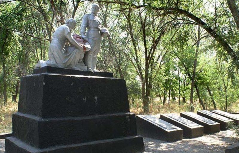 ст-ца Раздорская Усть-Донецкого р-на. Памятник, установленный в 1952 году на братской могиле, в которой захоронено 650 советских воинов.