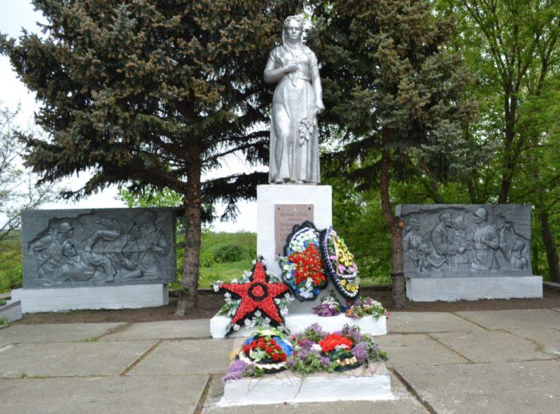 с. Малокирсановка Матвеево-Курганского р-на. Мемориал, установлен в 1975 году на братской могиле, в котором захоронено 446 человек.