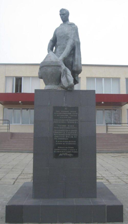 сл. Красюковская Октябрьского р-на. Памятник, посвященный землякам, погибшим в годы войны.