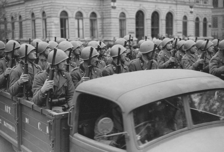 Итальянские солдаты во время парада в Белграде. 14 апреля 1941 г.