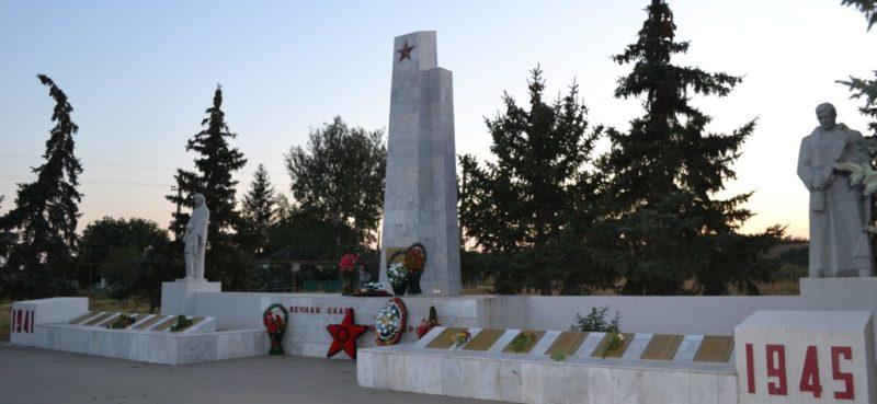 с. Марфинка Матвеево-Курганского р-на. Мемориал, установленный в 1978 году на братской могиле, в которой захоронено 209 советских воинов.