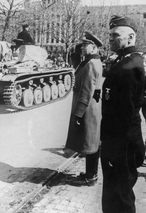 Командующий 1-й танковой группы Вермахта генерал-полковник Клейст принимает парад немецких войск в Белграде. 14 апреля 1941 г.