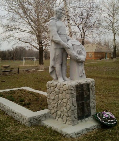 с. Марьевка Матвеево-Курганского р-на. Мемориал, установленный в 1971 году на братской могиле, в которой захоронено 214 советских воинов.