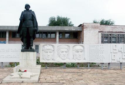 п. Новоперсиановский Октябрьского р-на. Памятник односельчанам, погибшим в годы войны.