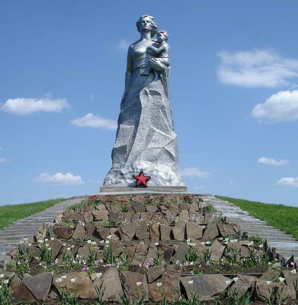 Памятник женщине-матери.