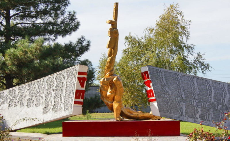 с. Лопанка Целинского р-на. Мемориал, установленный в честь павших воинов-односельчан.