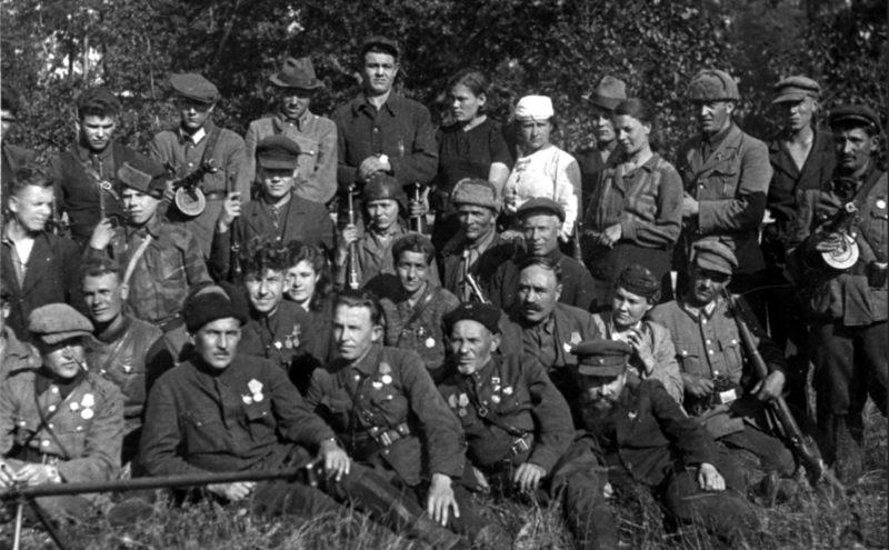Ковпак среди награжденных партизан. 1943 г.