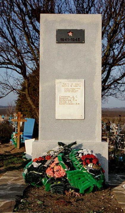х. Ягодинка Октябрьского р-на. Братская могила, в которой захоронено 19 воинов.