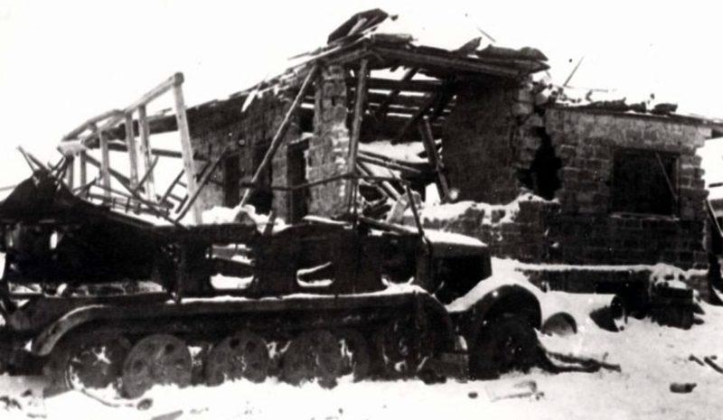Подбитый полугусеничный тягач Sd.Kfz.11 в Рогоженском посёлке. Январь 1942 г.