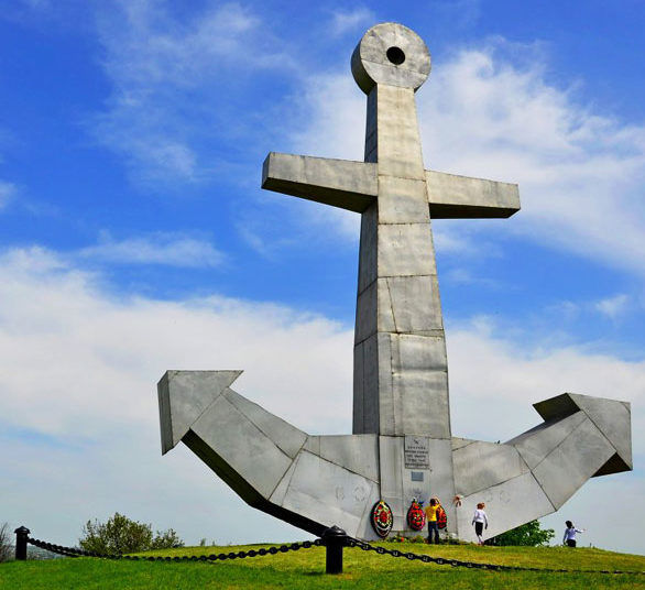 п. Матвеев Курган. Памятник «Якорь», установлен в1973 году к 30-летию освобождения района от немецко-фашистских захватчиков, в честь подвигов на Миусе-фронте 68-й, 76-й, 81-й морских стрелковых бригад в марте 1942 года.