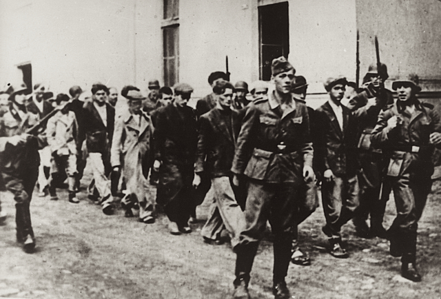 Немцы ведут жителей Крагуеваца на казнь. 21 октября 1941 г.