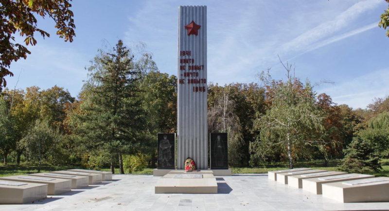 п. Новая Целина Целинского р-на. Мемориал, установленный в 1987 году на братской могиле советских воинов.