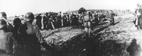 Сербские заложники из Крагуеваца перед расстрелом. 21 октября 1941 г.