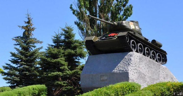 п. Матвеев Курган. Памятник-танк Т-34, установленный в 1972 году в память о подвиге танкистов 44 армии, принимавших участие в освобождении посёлка в феврале 1943 года.