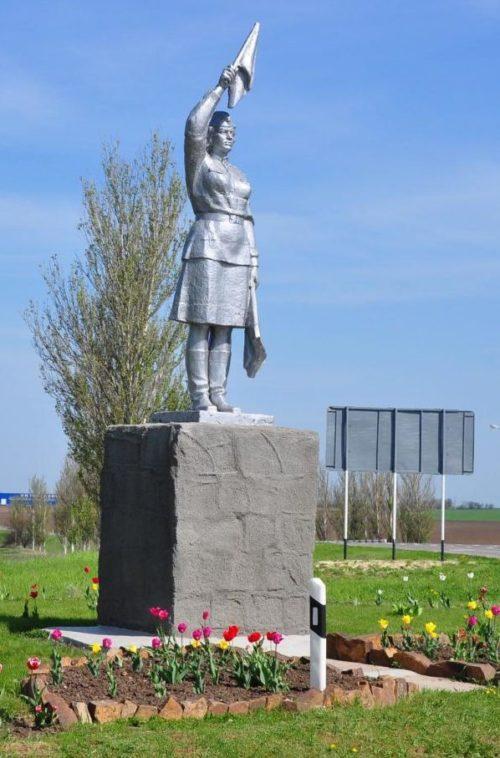п. Матвеев Курган. Памятник «Регулировщица» был установлен в 1973 году и посвящен регулировщицам 28 армии генерал-лейтенанта Герасименко, принимавшим участие в боях за освобождение района в 1943 году. Скульптор - Перфилов В.И.