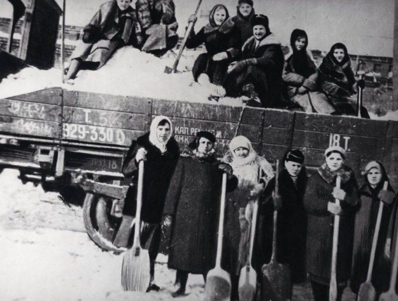 Женщины на расчистке железнодорожных путей на ст. Тула-1. Февраль 1941 г.