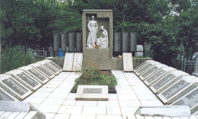п. Матвеев Курган. Памятник, установленный на братской могиле, в которой похоронено 619 советских воинов, погибшим воинам при защите и освобождении поселка.
