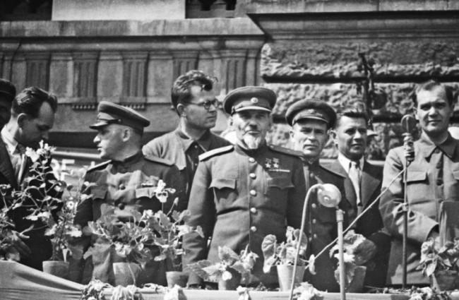 Ковпак на митинге. 1945 г.