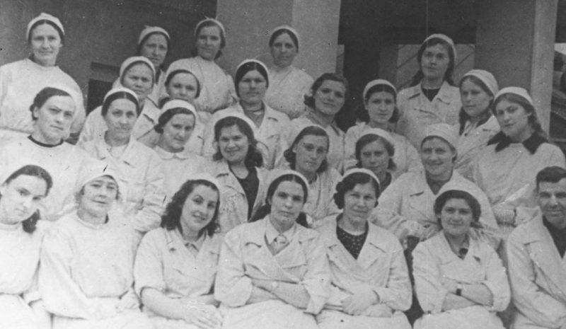 Врачи и медсестры Тульской областной станции переливания крови. Лето 1942 г.