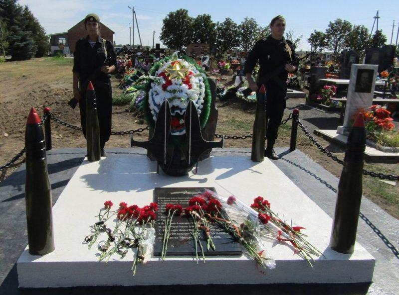 п. Матвеев Курган. Братская могила морских пехотинцев 76 отдельной бригады.