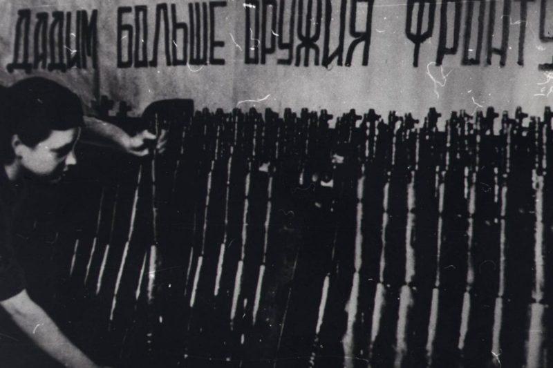 Подготовка винтовок на Тульском заводе перед отправкой на фронт. Лето 1942 г.