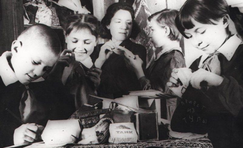 Пионеры 1-й средней школы Тулы готовят подарки для отправки на фронт. 1943 г.