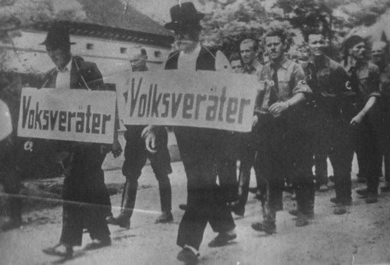Местных немцев из Осиека, не желавших вступать в фашистскую организацию, ведут с надписью «предатель». 1941 г.