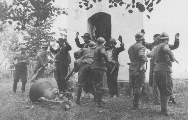 Хорватские усташи обыскивают крестьян деревни Босанска-Дубица. 1941 г.