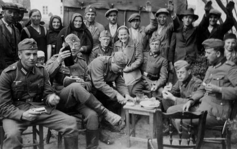Местное население угощает оккупантов. 1941 г.
