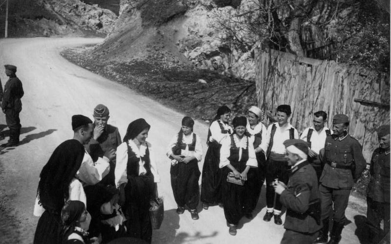 Общение местного населения с оккупантами. 1941 г.
