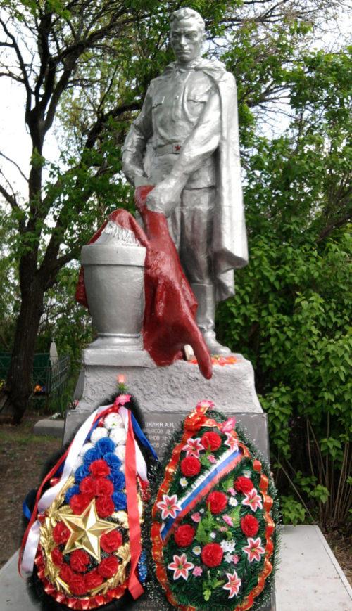 х. Писарский Матвеево-Курганского р-на. Памятник, установленный в 1968 году на братской могиле, в которой похоронено 82 советских воина.