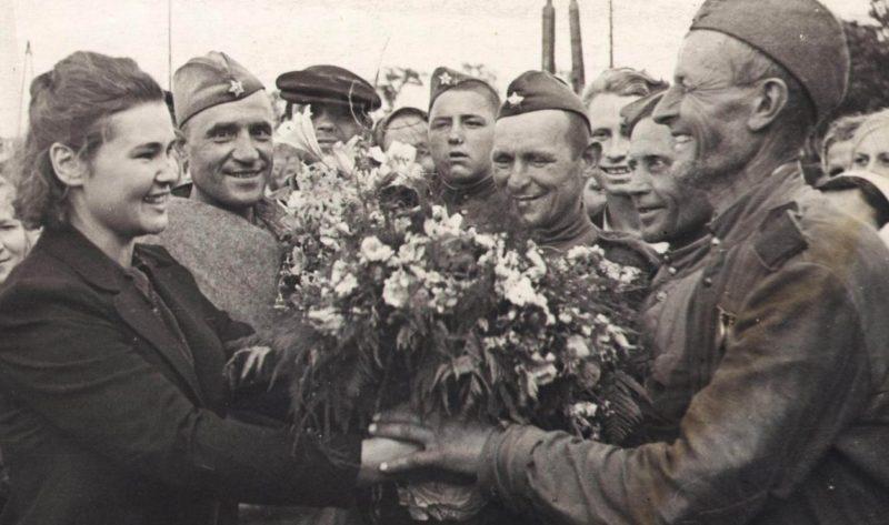 Встреча демобилизованных земляков. Июль 1945 г.