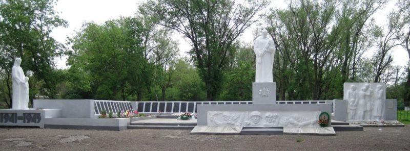 с. Политотдельское Матвеево-Курганского р-на. Мемориал, установленный в 1959 году на братской могиле, в которой похоронено 657 советских воинов.