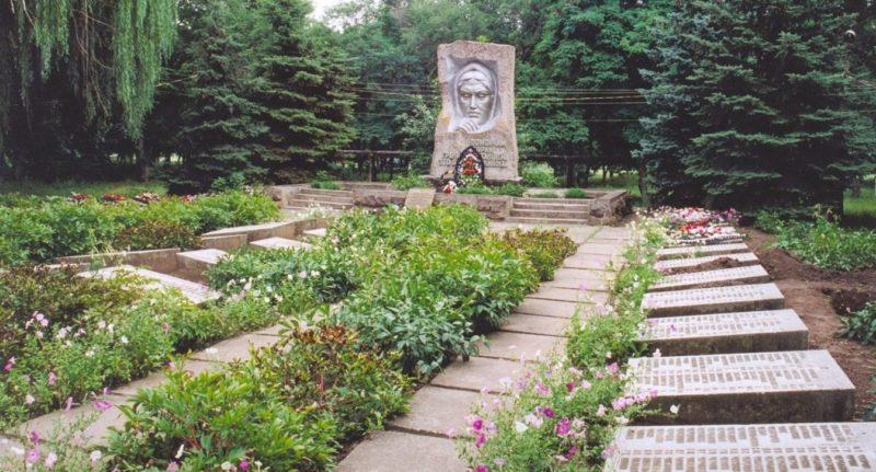 с. Ряженое Матвеево-Курганского р-на. Мемориал, установленный в 1975 году, на братской могиле, в которой похоронено более 2 тысяч воинов, погибших при освобождении села в феврале 1943 года.