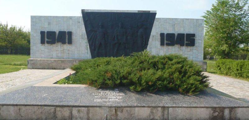 с. Рясное Матвеево-Курганского р-на. Мемориал, установленный в 1980 году на братской могиле, в которой захоронено 180 советских воинов, погибших на Миус-фронте.