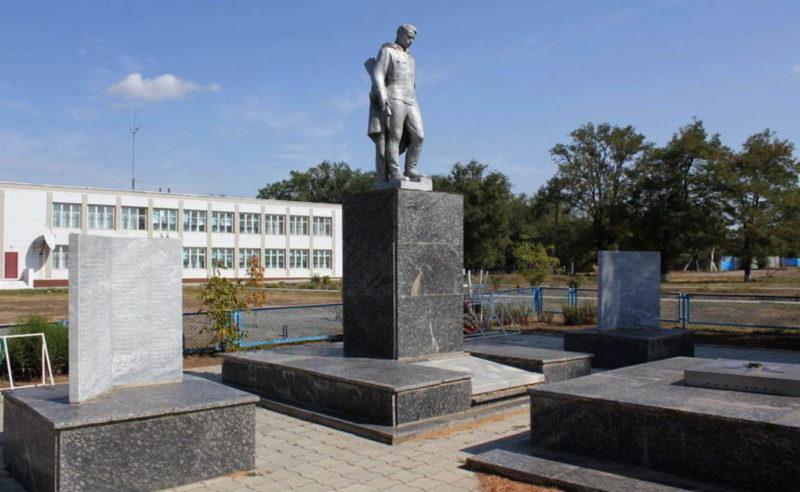 х. Камышевка Орловского р-на. Мемориал, установленный на братской могиле, в которой похоронено 316 советских воинов.