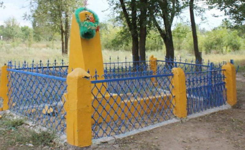 ст-ца. Кумшацкая Цимлянского р-на. Братская могила, в которой похоронено 4 воина.