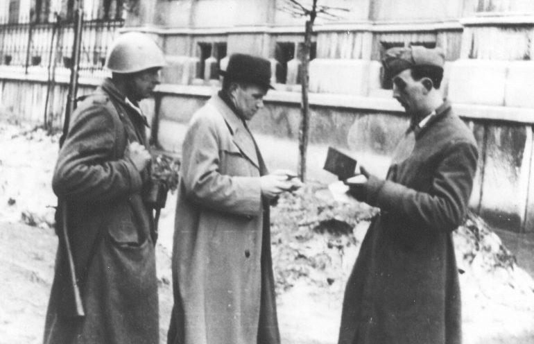 Итальянский патруль проверяет документы во время облавы. Любляна, март 1942 г.